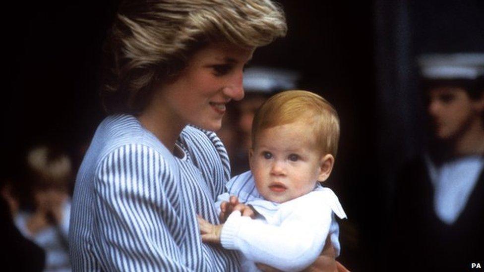 Lady Di y el príncipe Harry en agosto de 1985