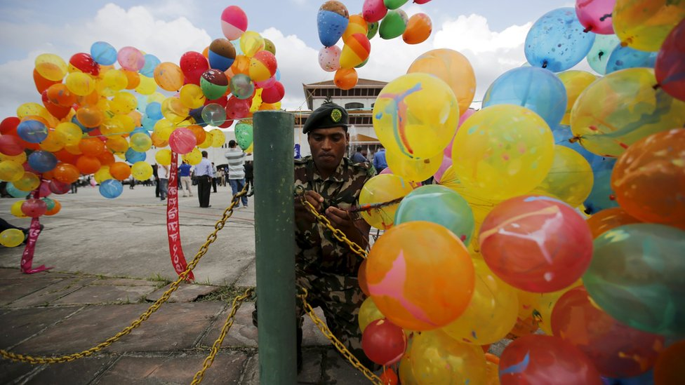 Soldier ties balloons outside parliament on 20 September 2015