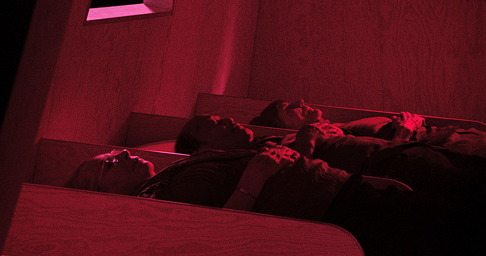 """3 de los 6 participantes en el experimento, reunidos por el director Marcus Lindeen para el documental """"La Balsa"""" (2018)."""