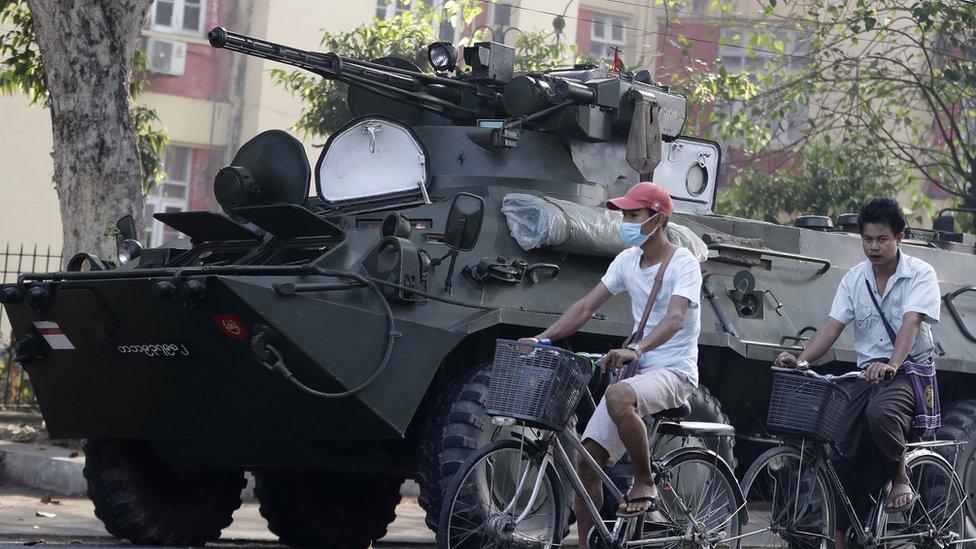緬甸軍隊首次在仰光街頭派駐裝甲車。