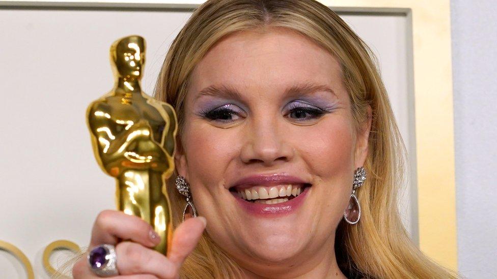 Emerald Fennell con su Oscar