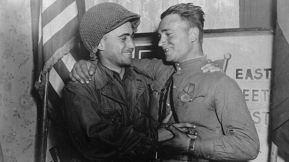 1945年4月26日,蘇聯紅軍與美國部隊在德國易北河畔正式握手會師。