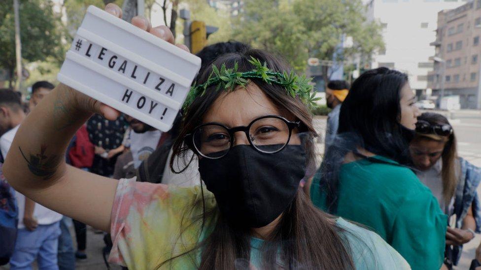 Una activistas por la legalización de la marihuana en México