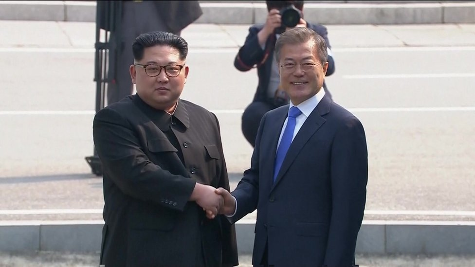 Kim Jong-un saluda a Moon Jae-in.