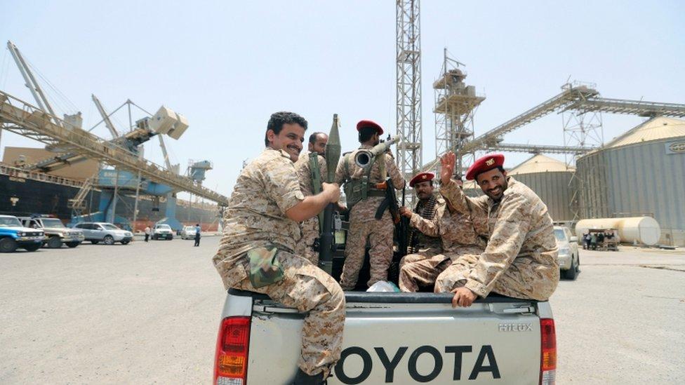 مسلحون حوثيون في شاحنة
