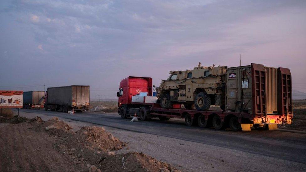 Un convoy de vehículos militares blindados de EE.UU. abandona Siria en una carretera hacia Iraq el 19 de octubre de 2019.