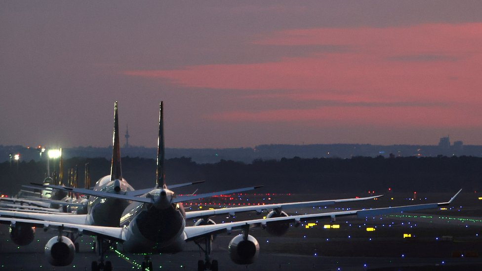 Aviones en una pista de un aeropuerto