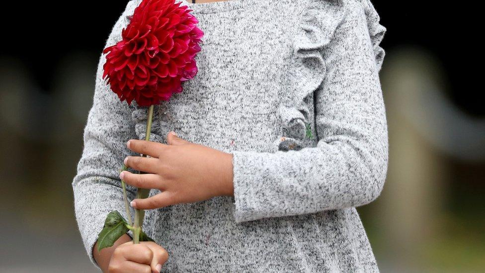 devojčica sa cvetom