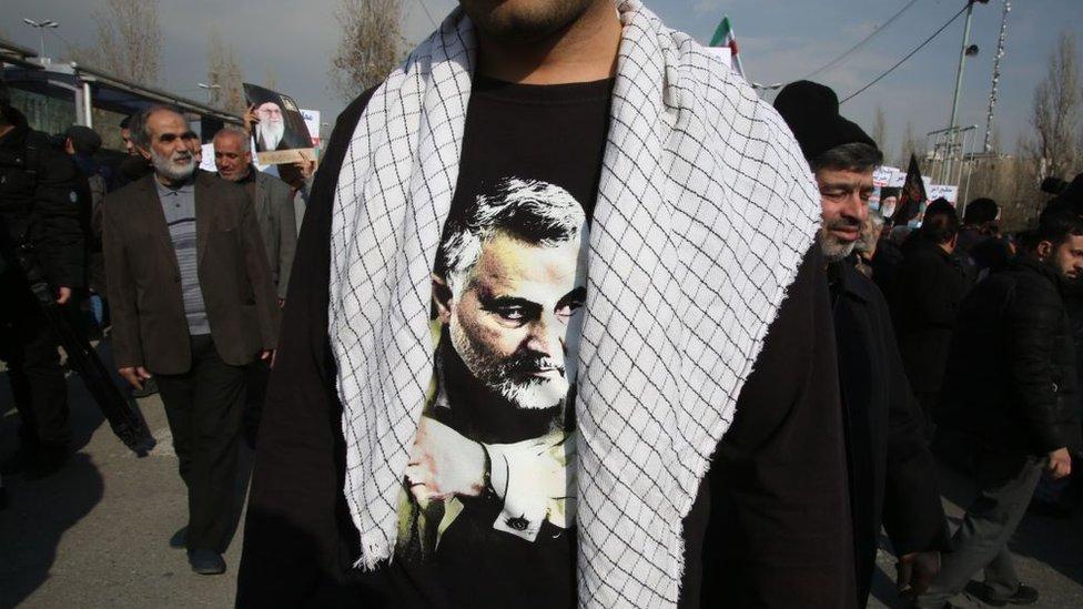 Un iraní con una camiseta en la que se ve una foto de Soleimani en una manifestación en Teherán el 3 de enero de 2020.