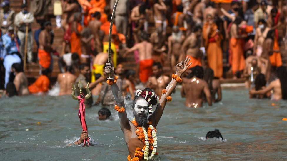 一名印度教裸體苦行僧(Naga Sadhu)在北阿坎德邦赫爾德瓦爾鎮參與大壺節聖浴(14/4/2021)