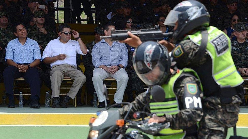 El presidente Juan Orlando Hernández durante una exhibición de la Policía Militar.