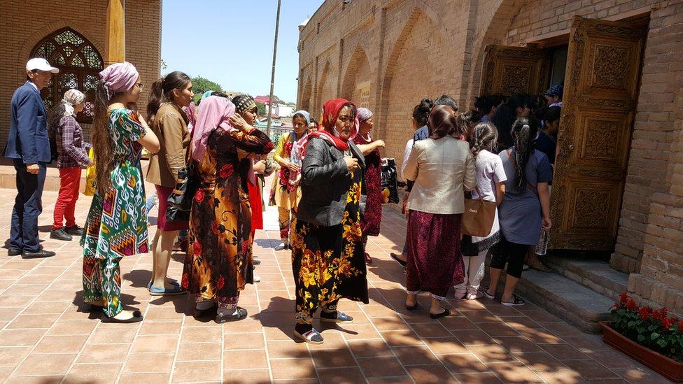 Visitas forman fila para ingresar al santuario de Daniyar.