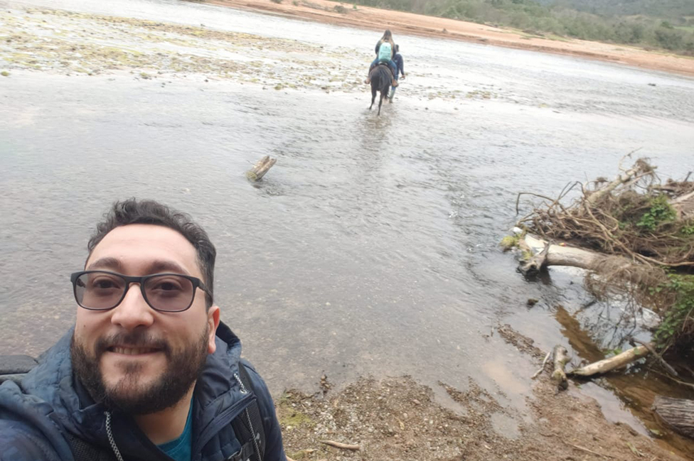 Daniel Gatica frente al río Bermejo