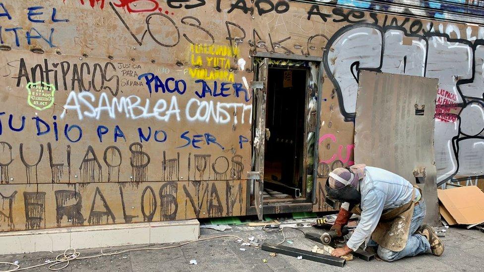 Hombre blindando una tienda de Valaparaíso