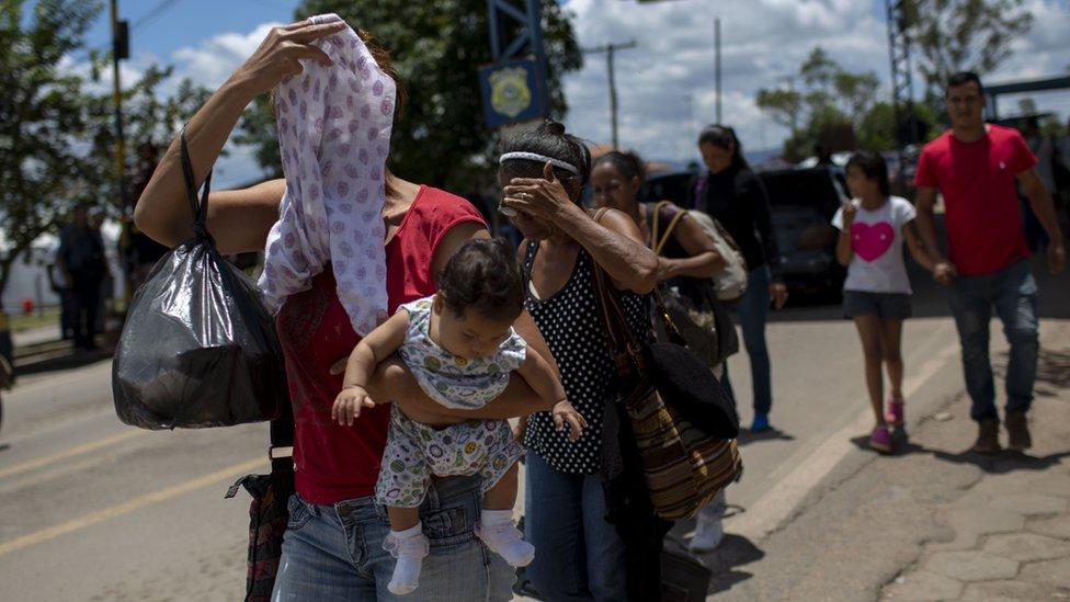 فنزويليون يعبرون الحدود إلى البرازيل