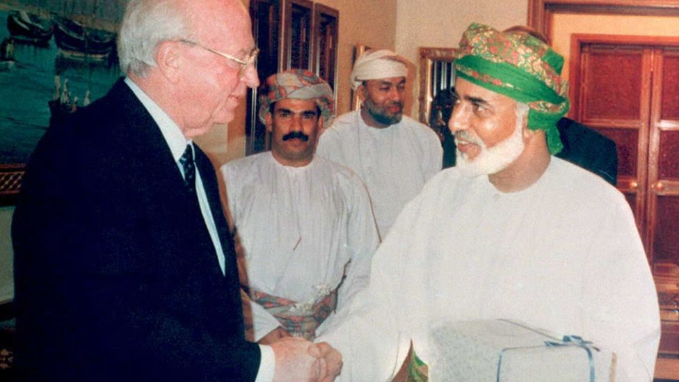 Yitzhak Rabin (left) and Sultan Qaboos shake hands (Dec 1994)