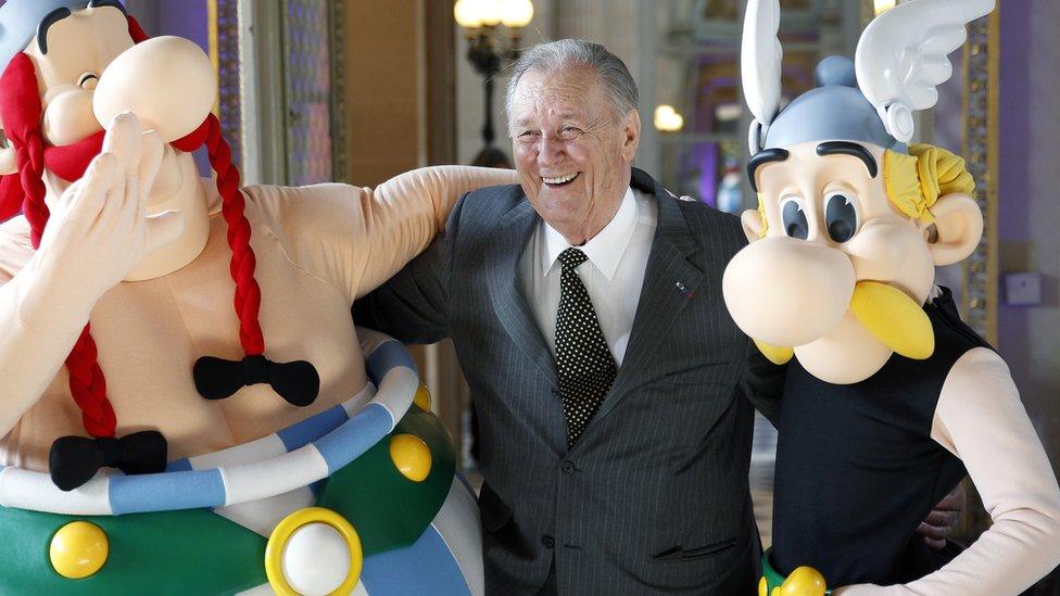 Alber Uderzo u društvu Asteriksa i Obeliksa