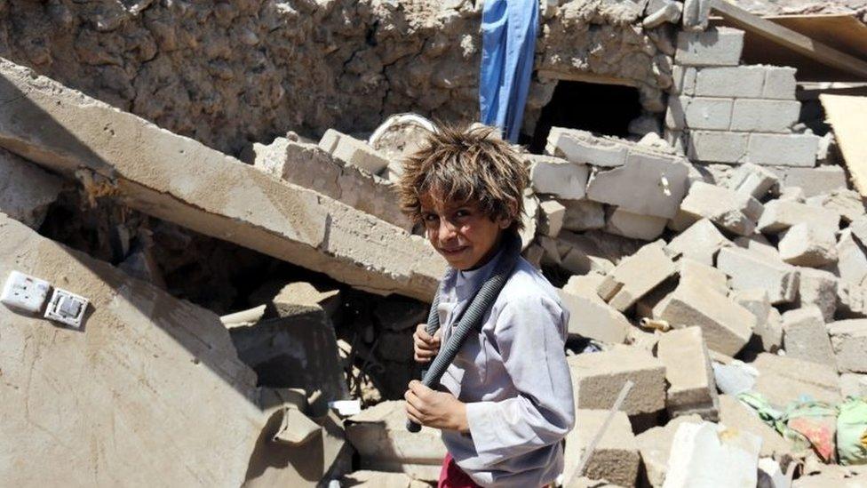 यमन में मलबों के बीच एक बच्चा