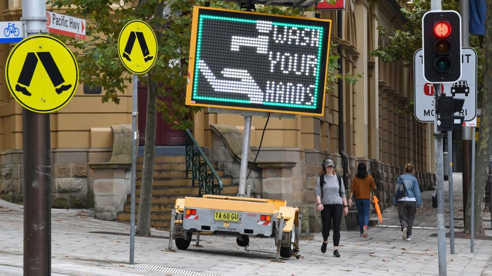 Tanda di jalanan AS yang mengingatkan orang-orang untuk mencuci tangan.