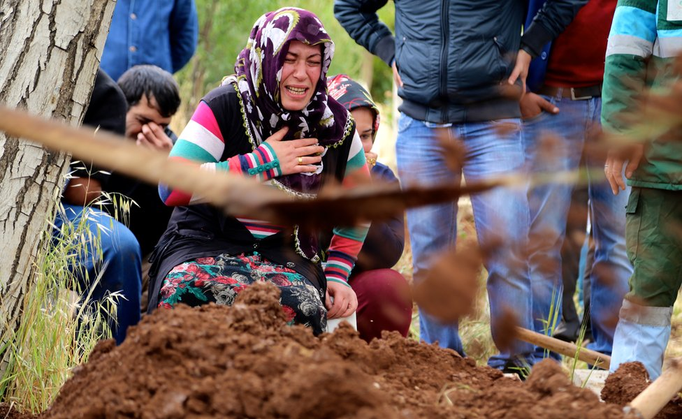 Woman grieves during burial ceremony in Kilis