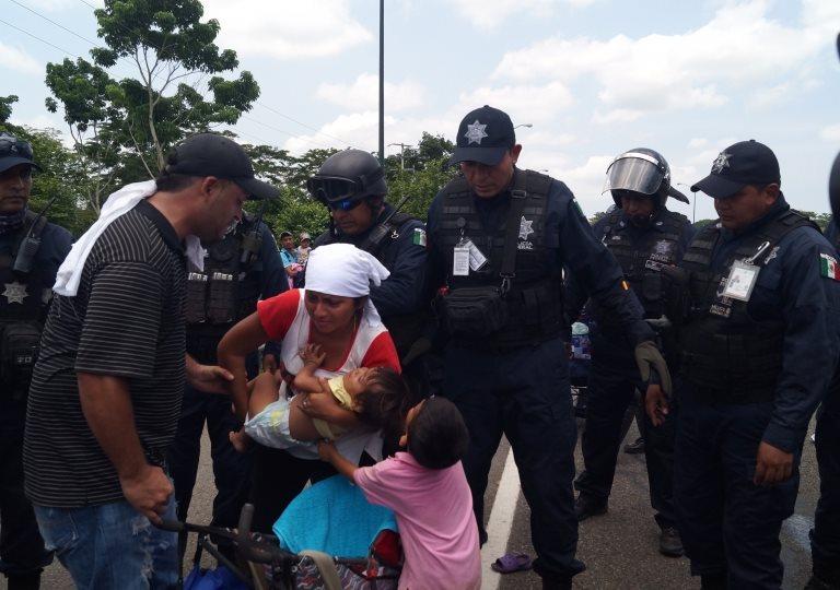 Una mujer es custodiada por policías