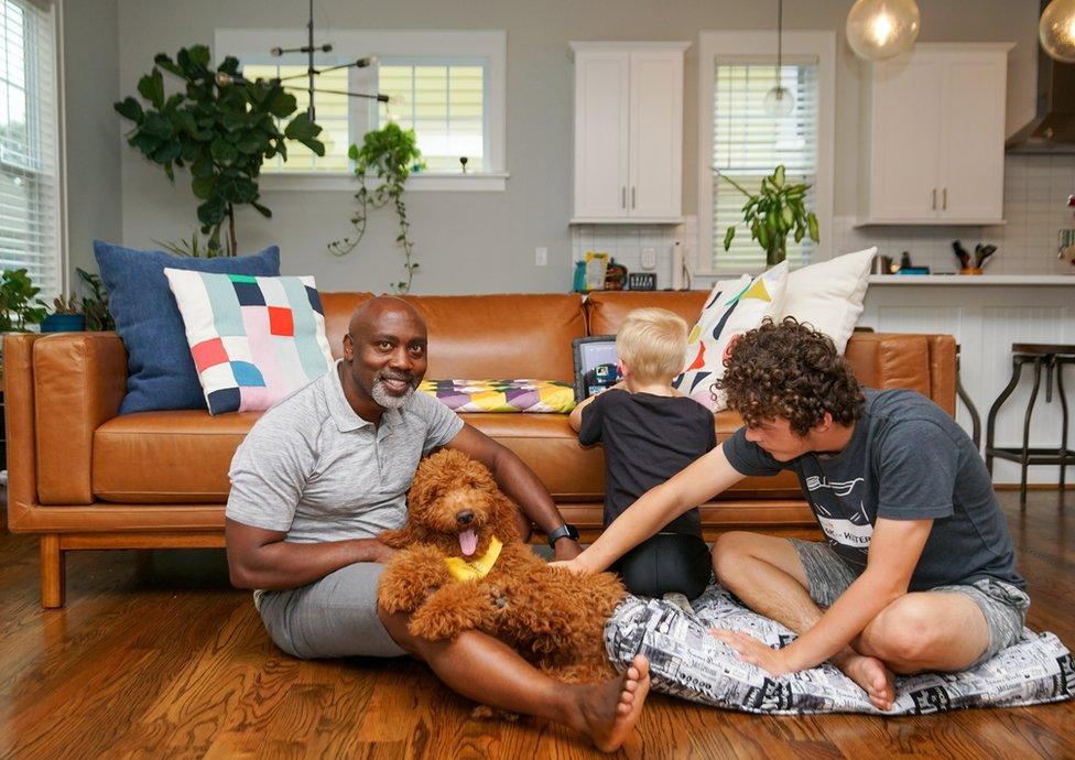 Peter, Anthony, Johnny y su perro.