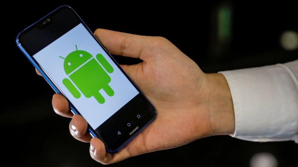 Teléfono con logo de Android