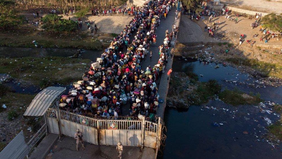 Personas cruzando frontera entre República Dominicana y Haití.