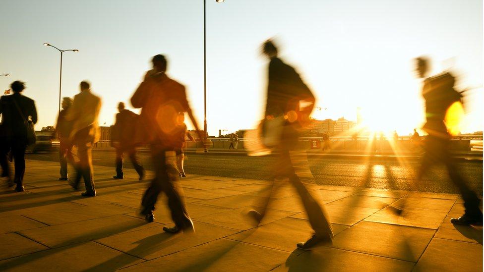 Personas caminando en una ciudad.