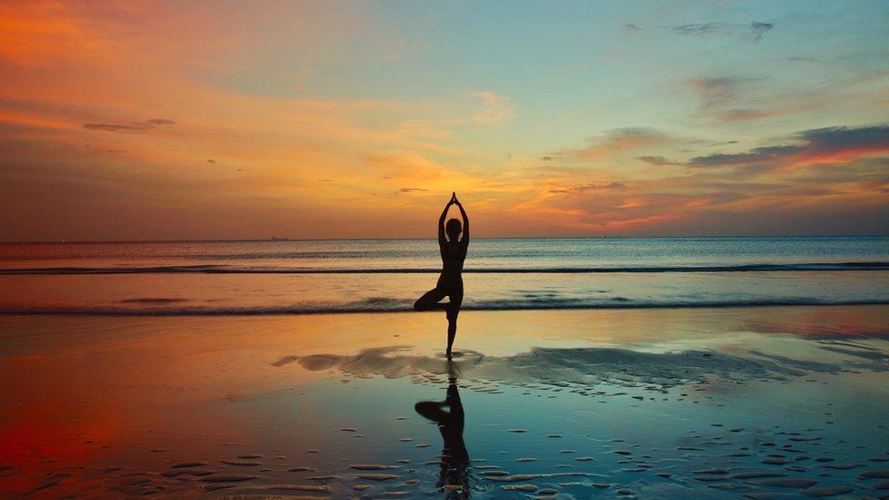 mulher faz ioga