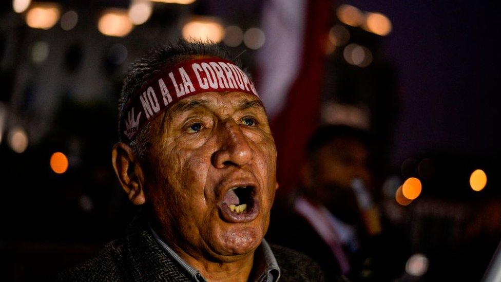 """Manifestante con vincha que dice """"No a la corrupción"""""""