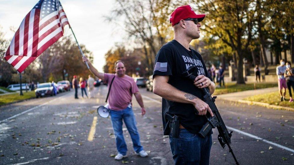 Un seguidor de Trump armado en Minesota este 7 de noviembre.
