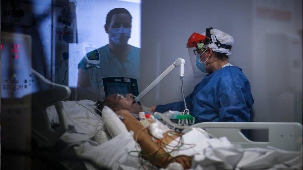 Homem intubado em cama de hospital na Província de Buenos Aires