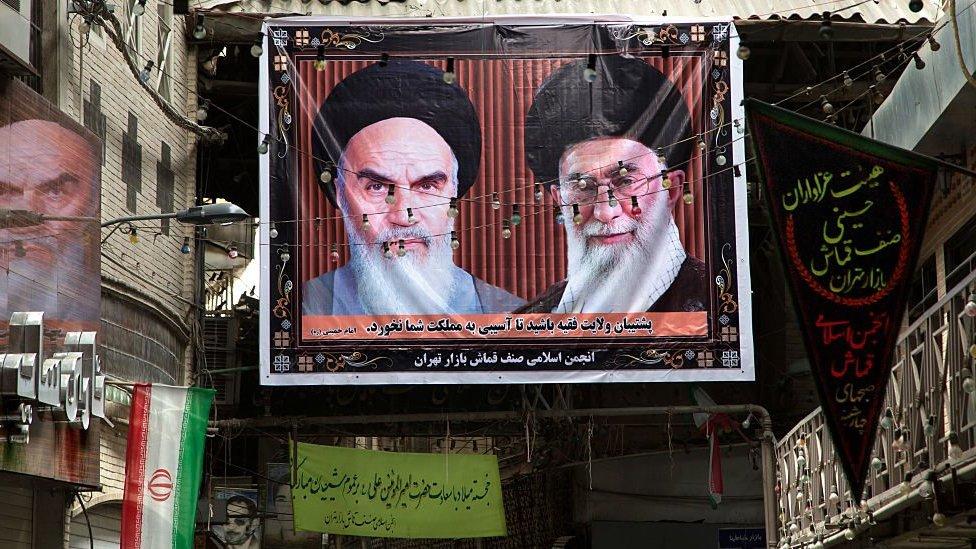 آية الله الخميني مؤسس الجمهورية الإسلامية الإيرانية والمرشد الأعلى لإيران علي خامنئي