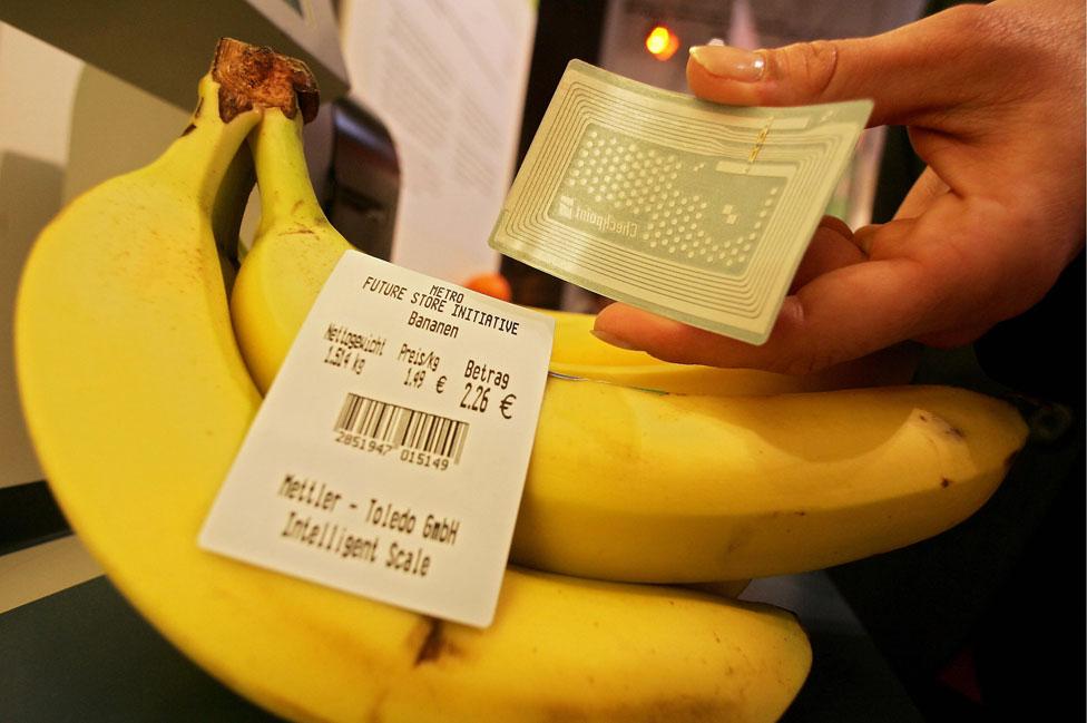 Unas bananas al lado de una etiqueta RFID.