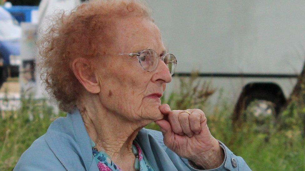 Un o gystadleuwyr hynaf yr Eisteddfod, Helena Jones o Aberhonddu wnaeth gymryd rhan yn y gystadleuaeth Llefaru Unigol // At almost 100 years of age, Helena Jones is one of the oldest competitors to appear on the main Pavilion stage