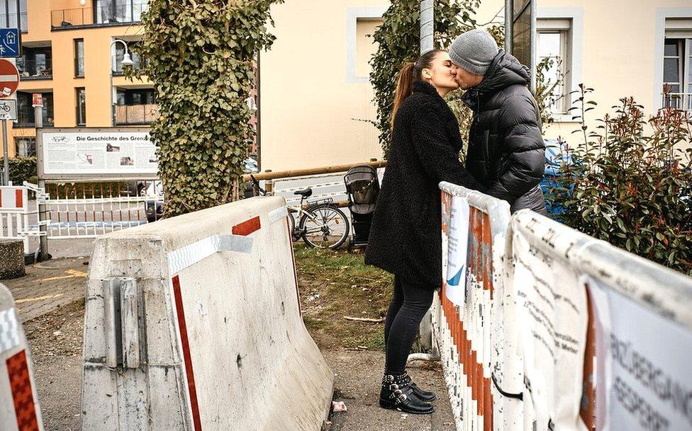 Kissing across the barrier in Basel