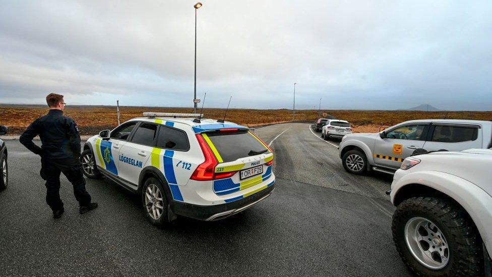 La policía cierra una carretera que conduce al area de actividad sísmica en Grindavik, Islandia