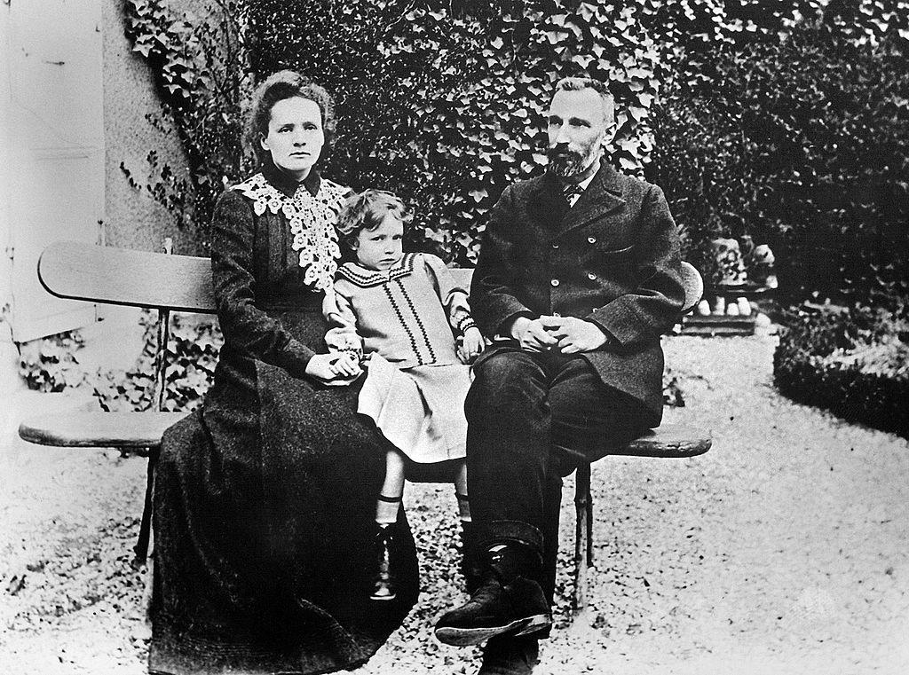 Marie Curie con su hija y Piere Curie en 1904