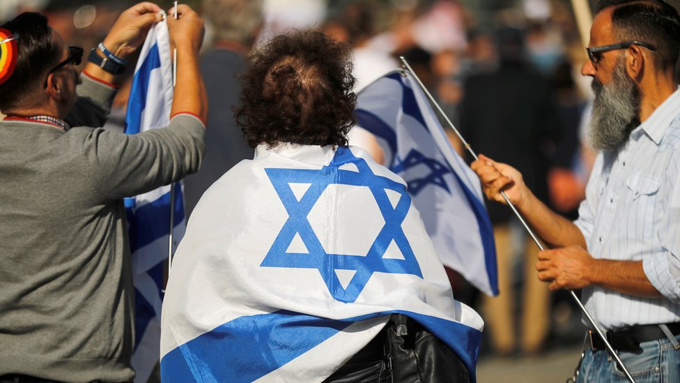 Judíos con banderas de Israel