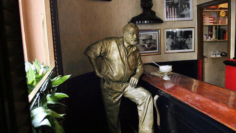 Estatua de Hemingway en bar de El Floridita