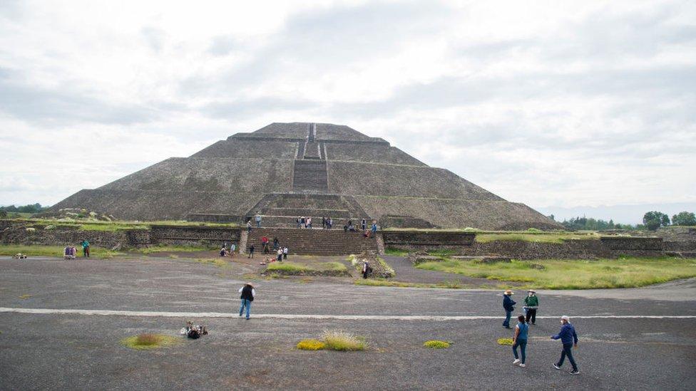 Turistas en la pirámide del Sol de Teotihuacan