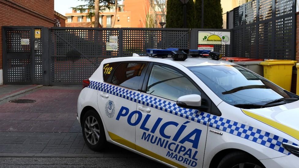 Un auto de policía estacionado afuera de Monte Hermoso.