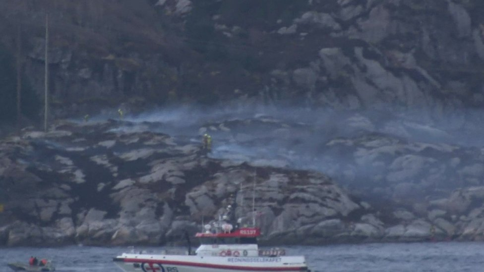 Boats and smoke near the site of a helicopter crash in Norway (29 April 2016)