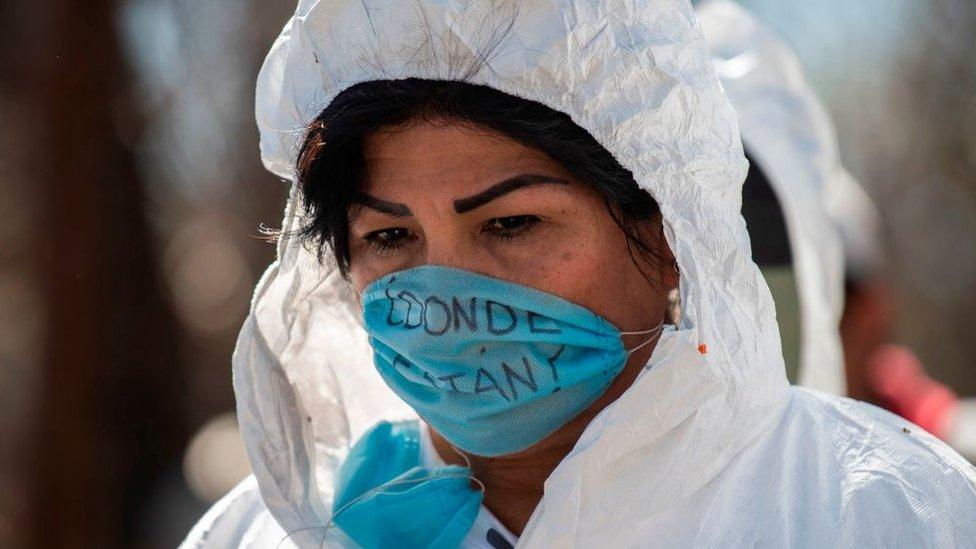 Mujer participa en la búsqueda de personas desaparecidas en Guerrero, México.