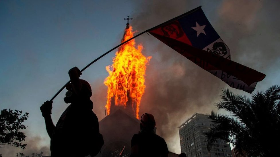 ateşe verilen bir kilise.