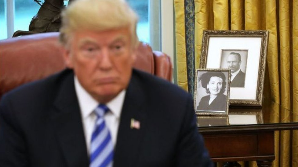 在白宮橢圓形辦公室裏的特朗普總統。