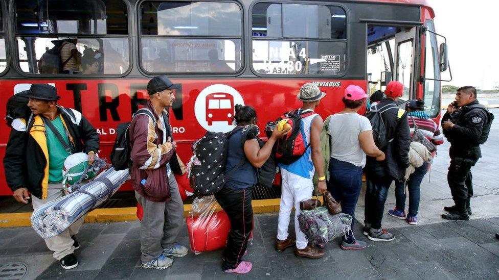 Migrantes abordan un autobús