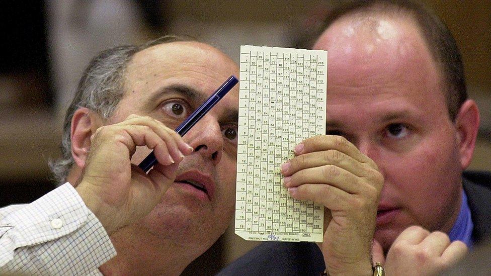 Dos hombres contando votos en Florida