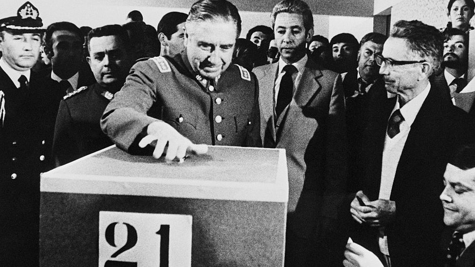 Augusto Pinochet votando en 1980
